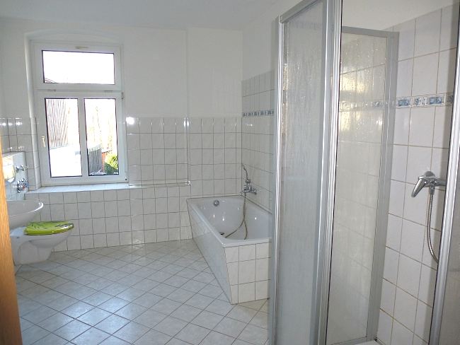 Bad1 mit Fenster, Wanne und Dusche