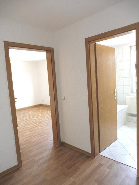 Flur mit Blick zum Wohnzimmer / Bad
