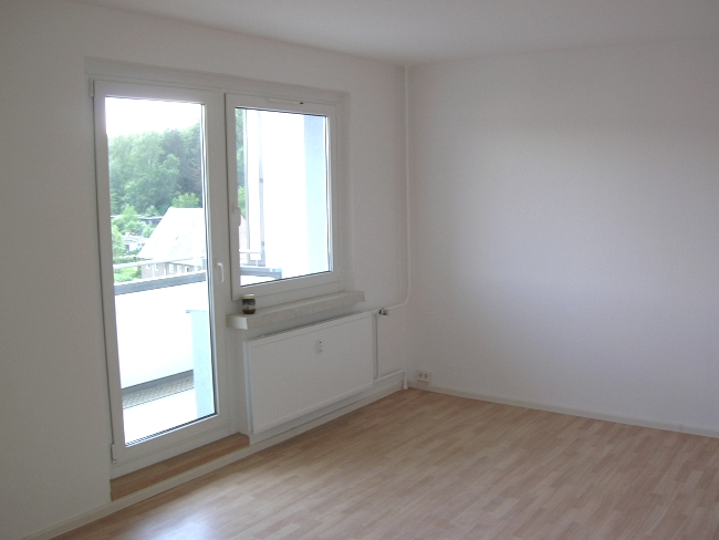 großes Wohnzimmer mit Balkon