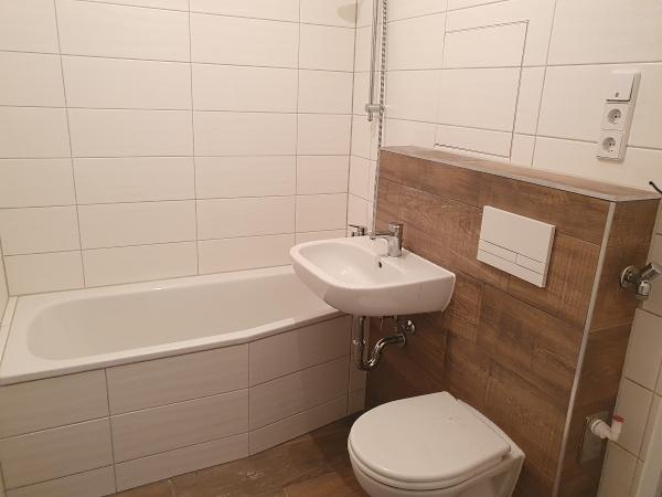 komplett neues Bad mit Badewanne