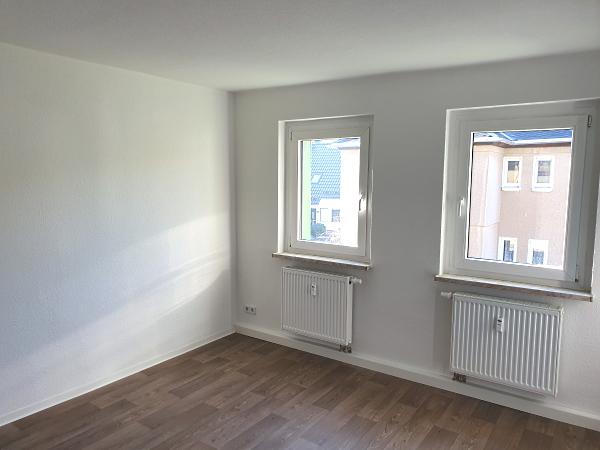 sehr hell - mit 2 Fenstern