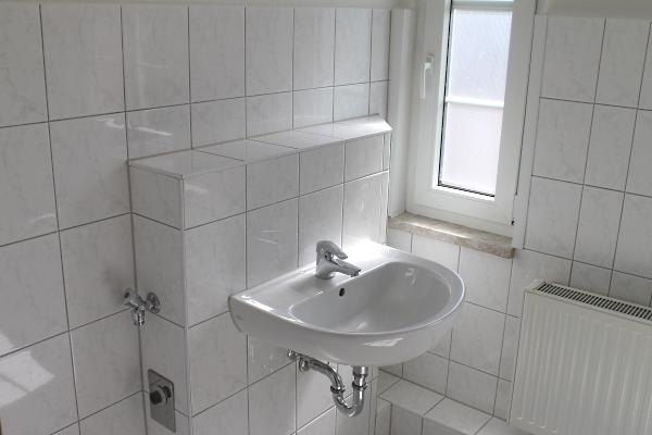 Waschbecken im Bad in Vorwandmontage