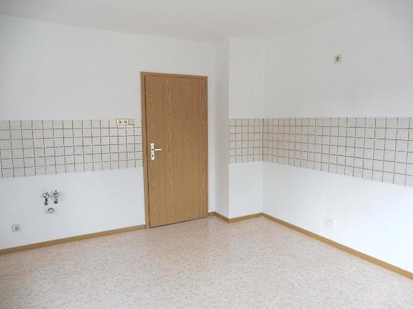 gemütliche Wohnküche mit Fliesenspiegel