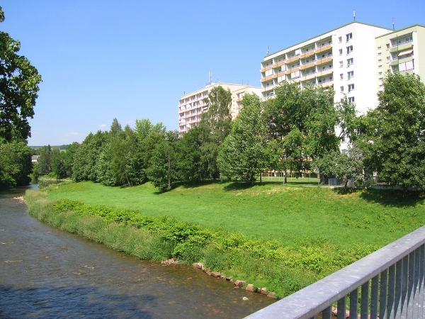 grünes Umfeld am Wasser