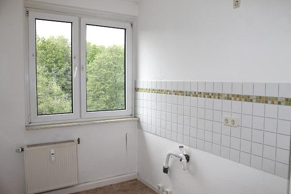 Küche mit Fliesenspiegel und Fenster